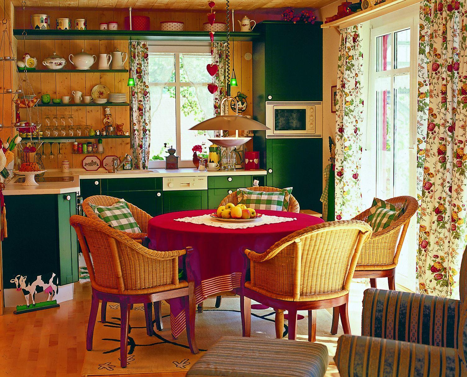 Bucataria casei Simon construita de firma PLATZ. Este deschisa catre living.