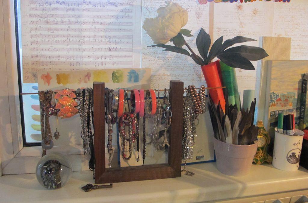 Suport din lemn improvizat pentru bijuterii