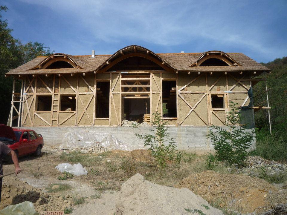Casa construita cu baloti de paie in Valea Nucului Buzau