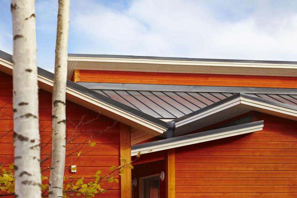 Casa cu acoperis invelit cu panouri de tabla faltuita Lindab SRP Click