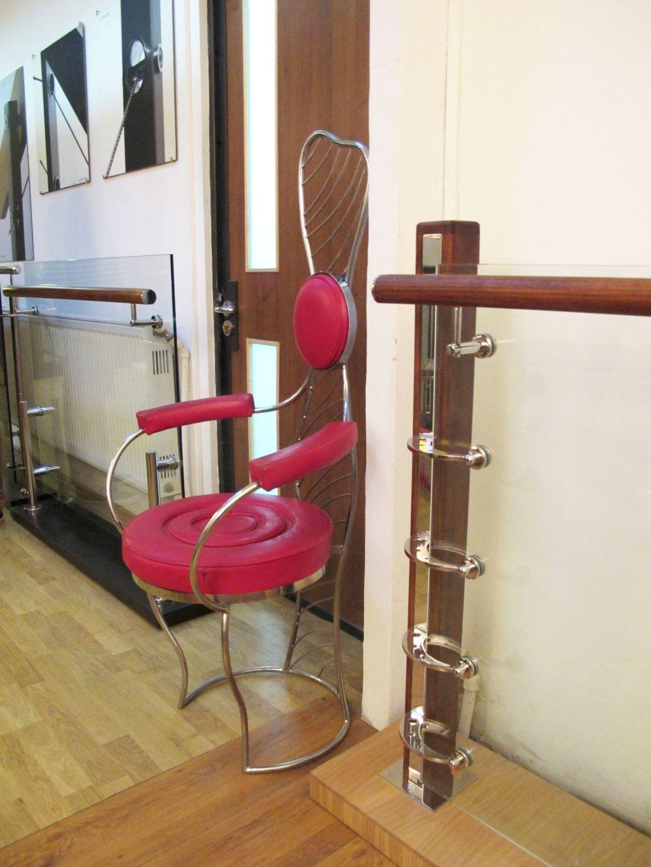 Modele de balustrade moderne cu lemn si sticla si scaun creatie originala in birourile SuperFaber