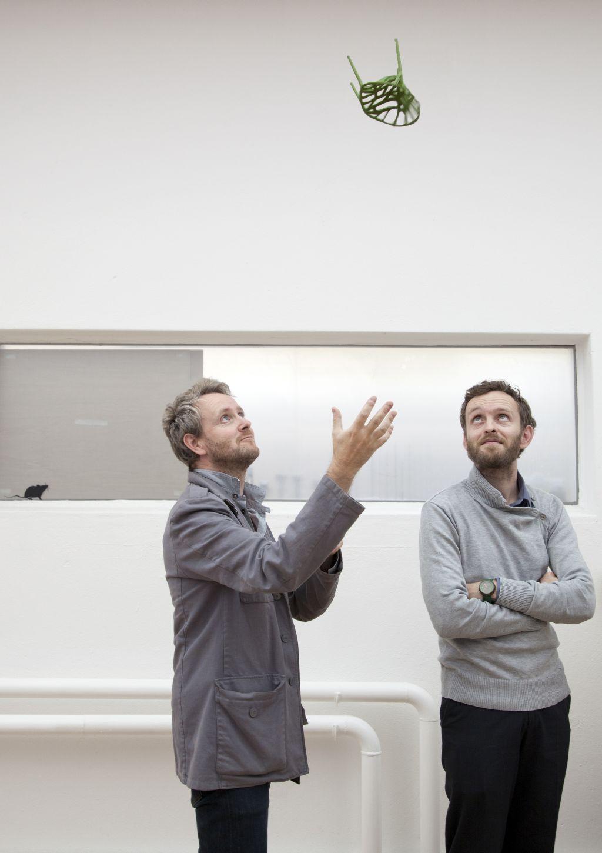 Designerii Ronan si Erwan Bouroullec cu scaunul Vegetal