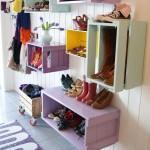 Cutii din lemn refolosite si pictate folosite ca mic mobilier pentru hol