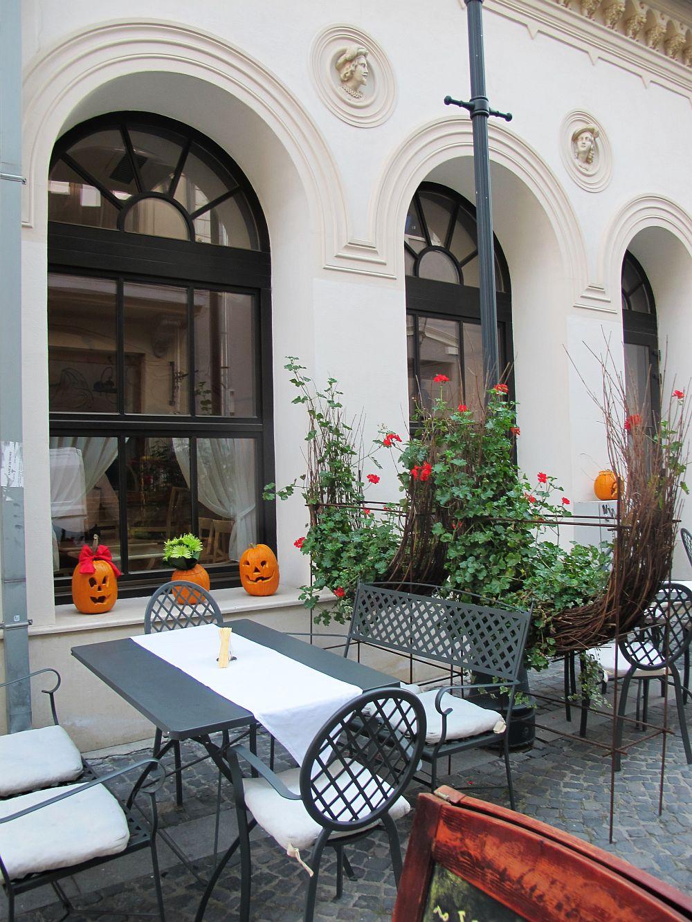adelaparvu.com despre Cafeneaua Veche (1)