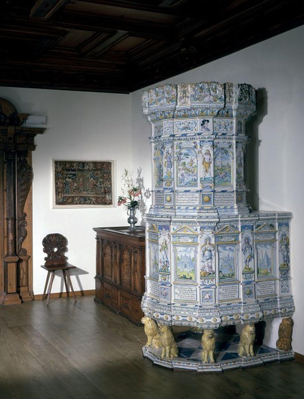 Sobă din Thiengen probabil de la 1682 sau 1687, manufacturată la Winterthur în atelierul de ceramică Abraham Pfau. Înălțime 285 cm. Museum für Geschichte