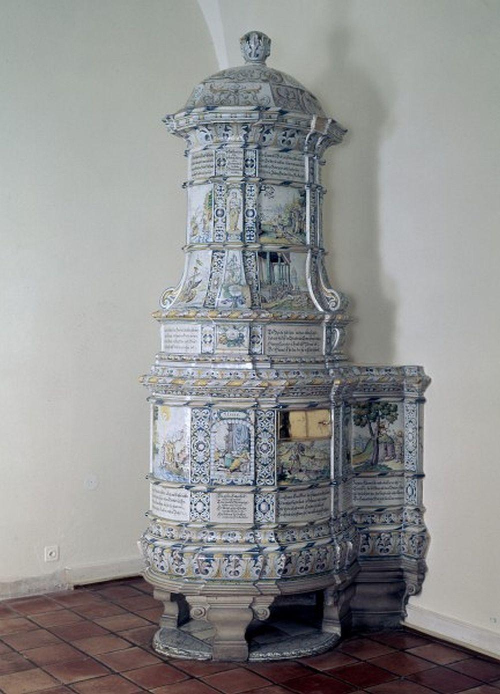 Sobă Elgg  manufacturată de ceramistul Hans Othmar Vogler(?) și pictată de David Sulzer I(?), probabil la 1735(?). Măsoară 329 cm înălțime, 101 cm lățime și 132 cm adâncime. Museum für Wohnkultur