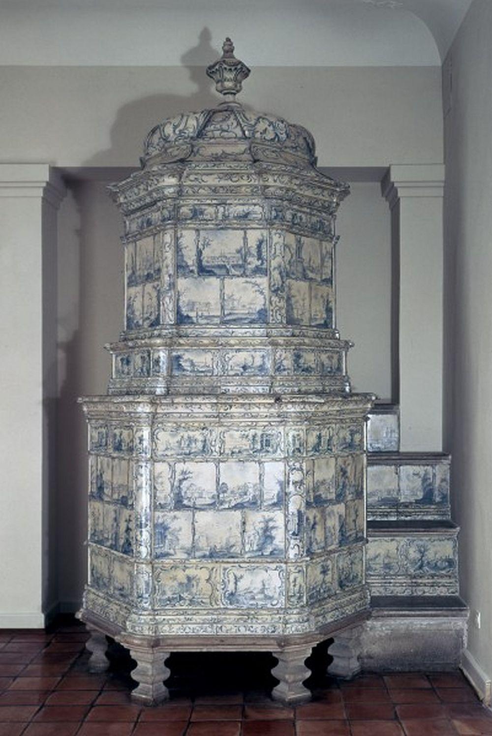 Soba Muri este semnată și datată 1773, manufacturată de ceramistul Michael Leontius Küchler și pictată de  Caspar Wold. Măsoară (fără decorul superior) 320 cm înălțime, 210 cm lungime și 117 cm adâncime.   Museum für Wohnkultur