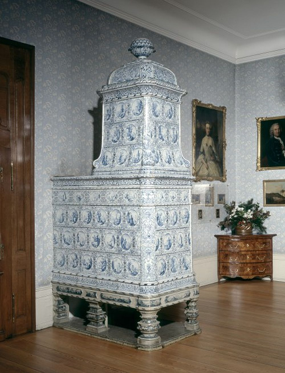 Semnată și datată 1759 soba a fost făcută la Zurich de către Leonhard Locher. Este din faianță pictată. Măsoară 315 cm înălțime, 93 cm lățime și 144 cm adâncime. Museum für Wohnkultur