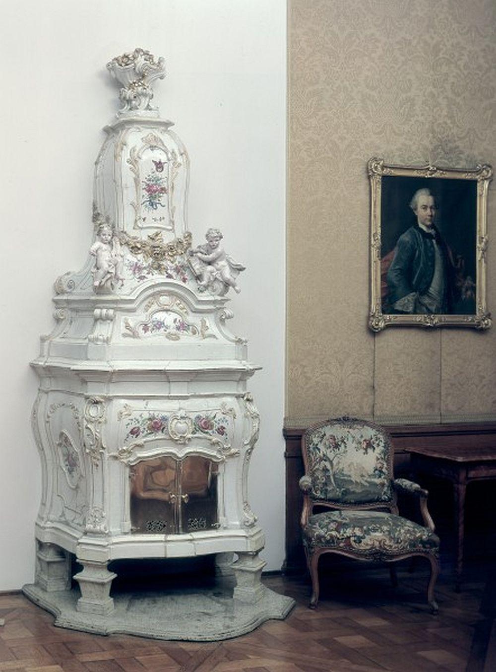 Sobă din Strasbourg, probabil din atelierul lui Fransois-Paul Acker sau Johann Wilhelm Lanz, și decorată probabil de către Paul Hannong, pe la 1755-1760. Măsoară 310 cm înălțime, 117 cm lățime și 65 cm adâncime. Museum für Wohnkultur