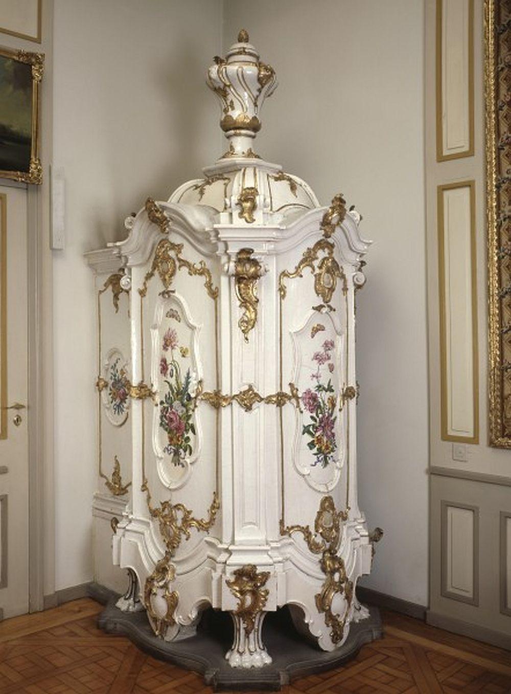 Sobă din Strasbourg din cahle, probabil realizată în atelierul lui François-Paul Acker și decorată la  Paul Hannong Manufactory în 1748–1753. Soba are dimensiunile H 316, lățime 115 și adâncime 162 cm.