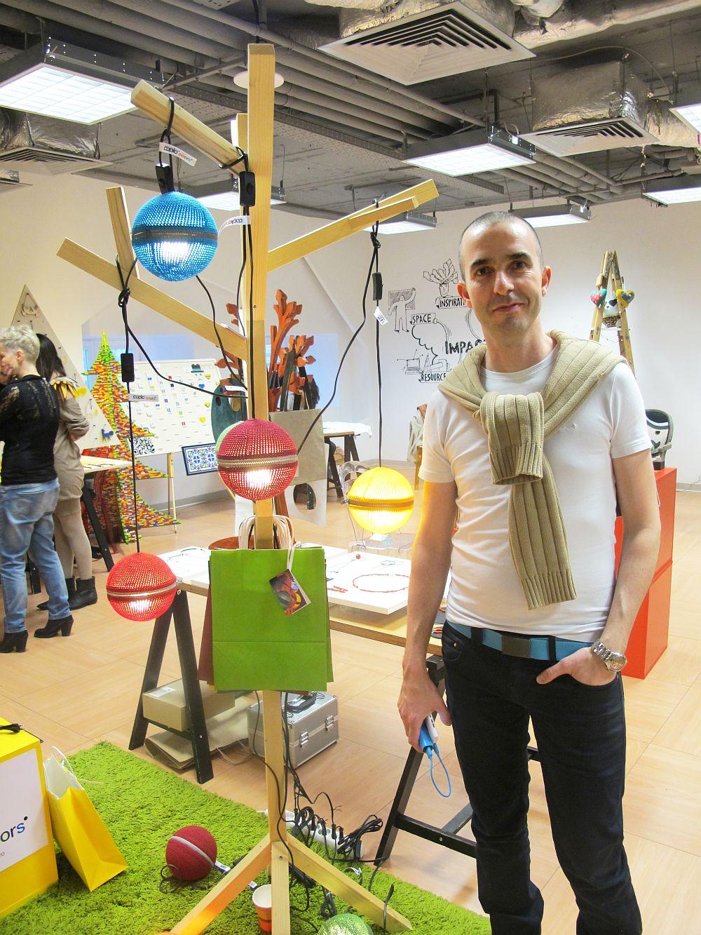 Designerul Dragos Dogarul alaturi de lampile Cuplo Colors