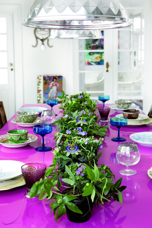 Passiflora caerulea intr-un aranjament simplu, dar de efect pe centrul mesei