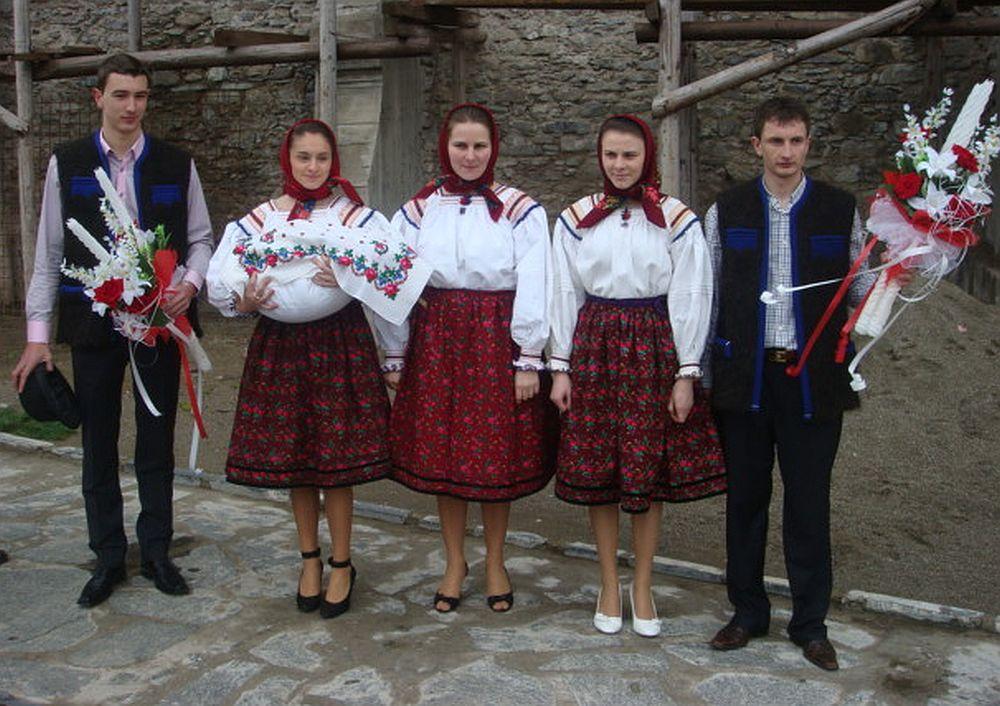 Membrii familie Anunței Stan îmbracați tradițional la botez