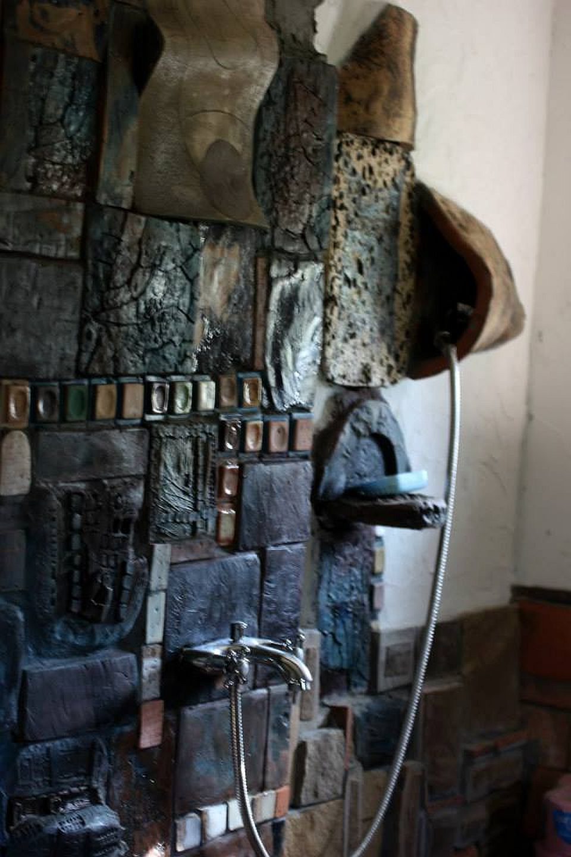 Instalatie artistica la baie, din seria arta cu utilitate, lucrare de Maxim Dumitras