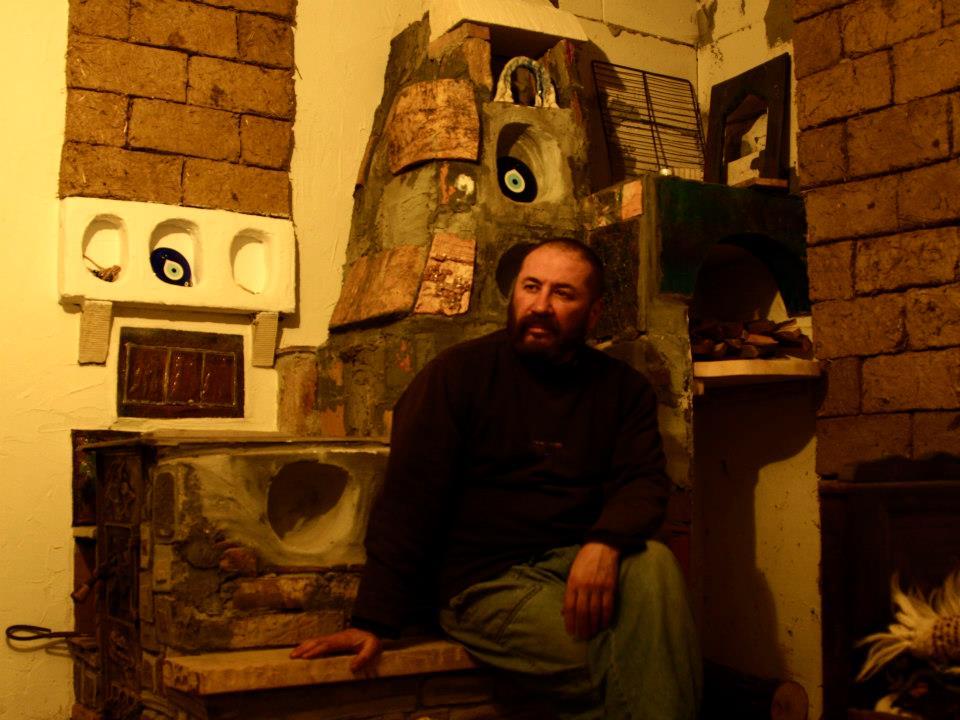 Maxim Dumitras langa soba pe care a facut-o. Aici era inca neterminata.