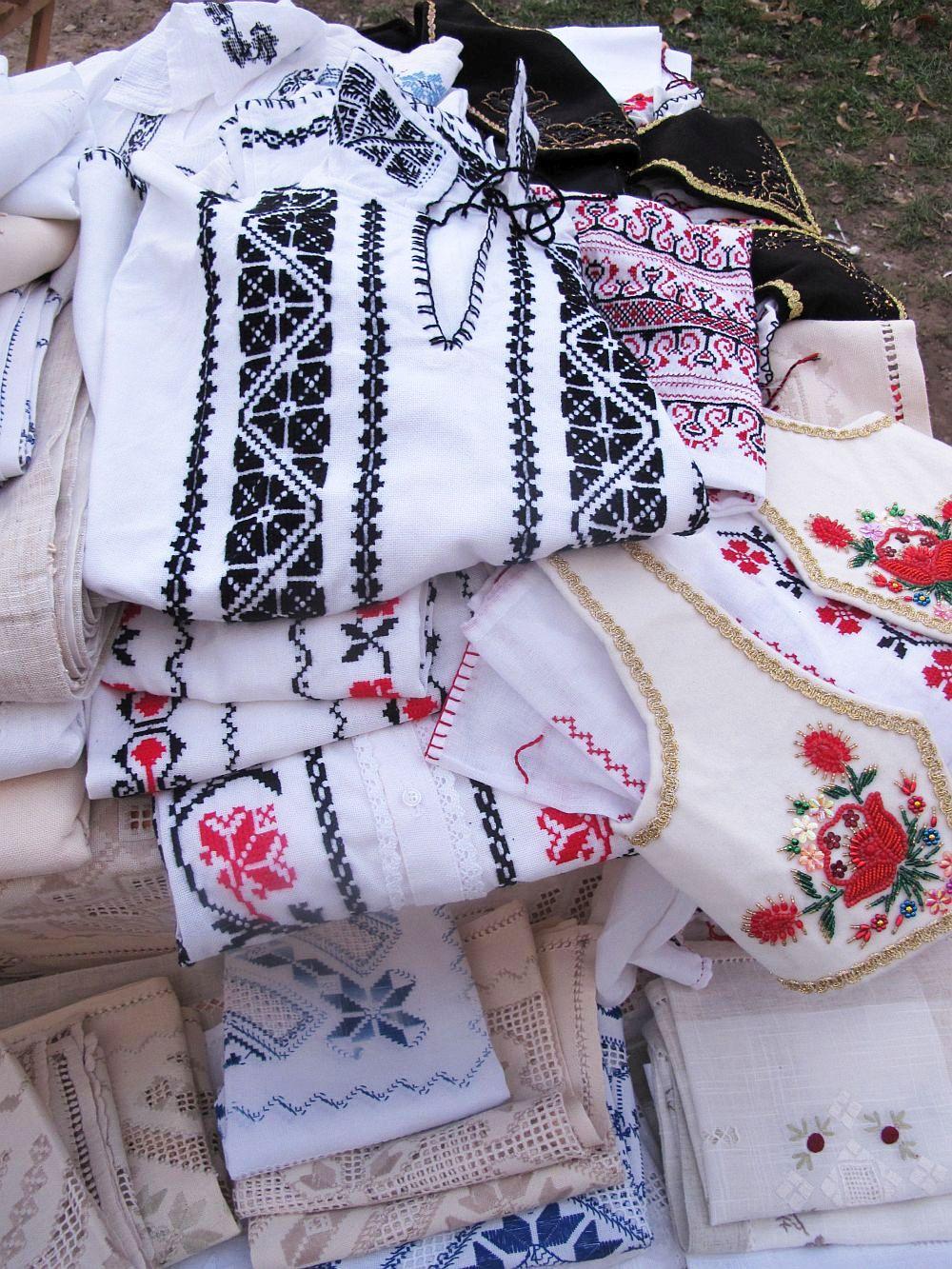 adelaparvu.com despre fete de masa si costume populare facute de Viorica Copaci (5)