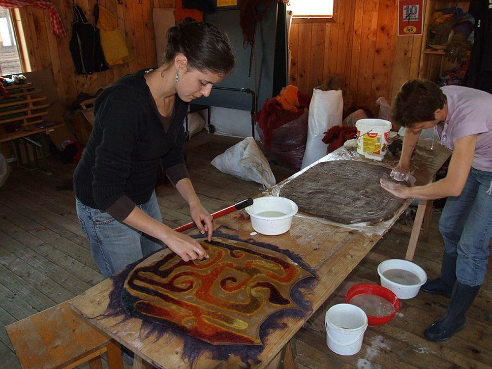 La atelierul de manufacturare a obiectelor din fetru de la Fundatia Guzsalyas
