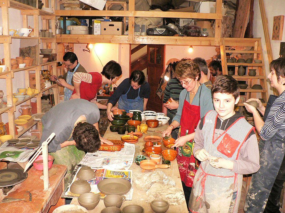 La atelierul de olarit de la Fundatia Guzsalyas din Sfantu Gheorghe