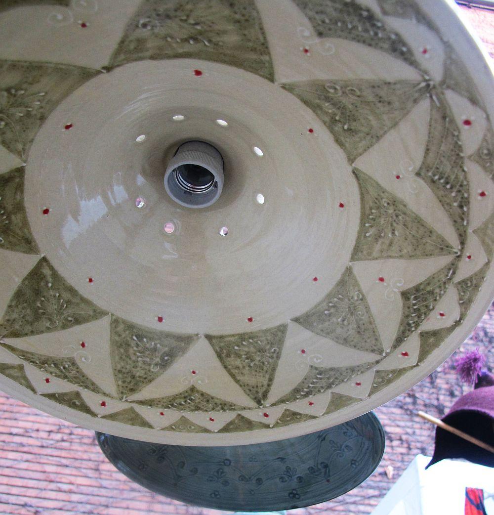 Lampile de ceramica sunt frumos decorate peste tot ca sa se vada frumos in casa