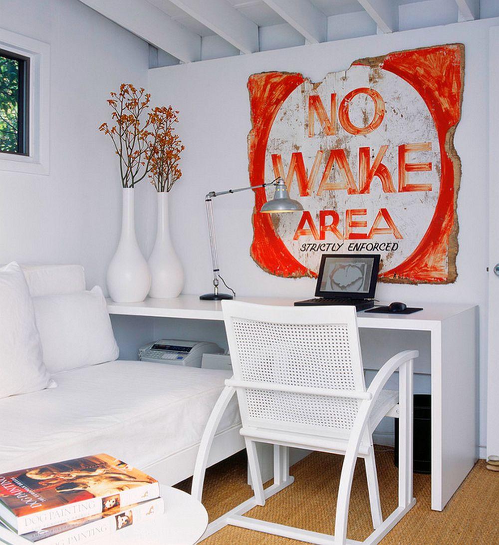 Daca n-ai loc in living, atunci faci un compromis si tratezi masa de birou ca o extensie a canapelei. Poti sa o folosesti ocazional, iar sub ea sa instalezi imprimanta. Foto Bruce Bierman Design