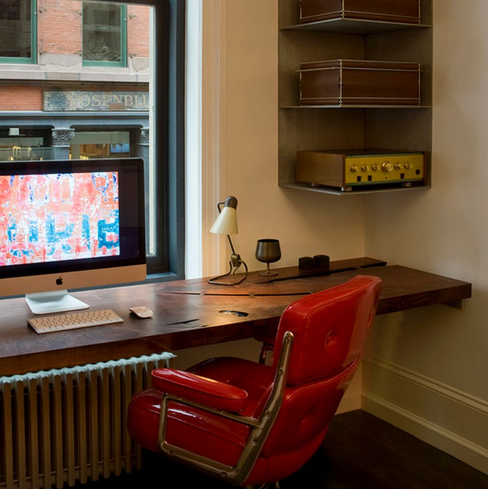 Cea mai simpla solutie este sa realizarea mesei de birou in fata ferestrei ca un raft suspendat. Inaltimea de la podea la masa e bine sa fie de 80 cm. Foto David Howell Design
