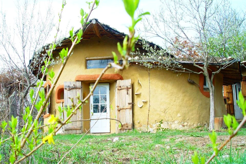 Casa din lut (cob house) proiectata de Ileana Mavrodin