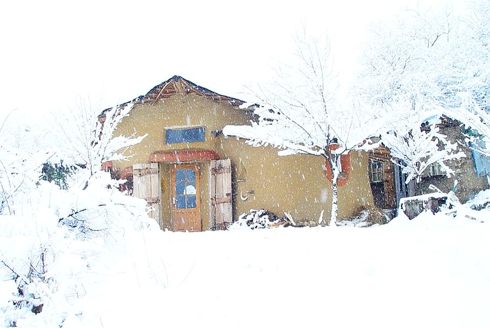 adelaparvu.com about cob house in Romania, Sasca Montana village, architect Ileana Mavrodin, Casa verde, casa de lut iarna (1)