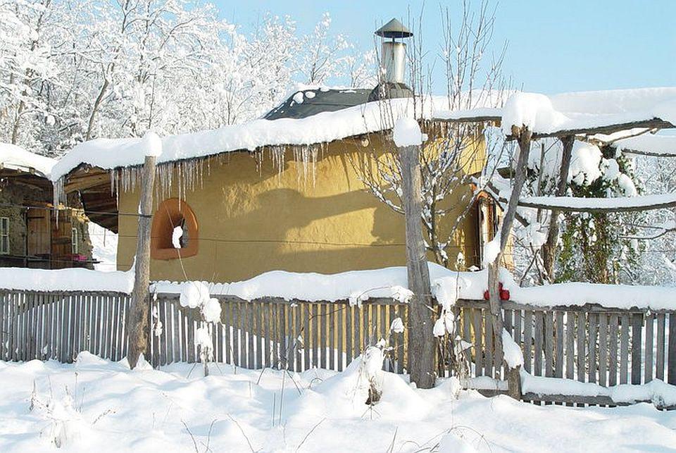 adelaparvu.com about cob house in Romania, Sasca Montana village, architect Ileana Mavrodin, Casa verde, casa de lut iarna (2)