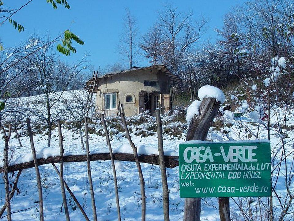 adelaparvu.com about cob house in Romania, Sasca Montana village, architect Ileana Mavrodin, Casa verde, casa de lut iarna (3)