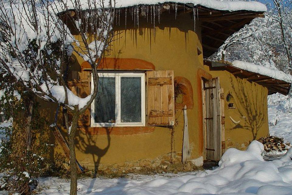 adelaparvu.com about cob house in Romania, Sasca Montana village, architect Ileana Mavrodin, Casa verde, casa de lut iarna (4)