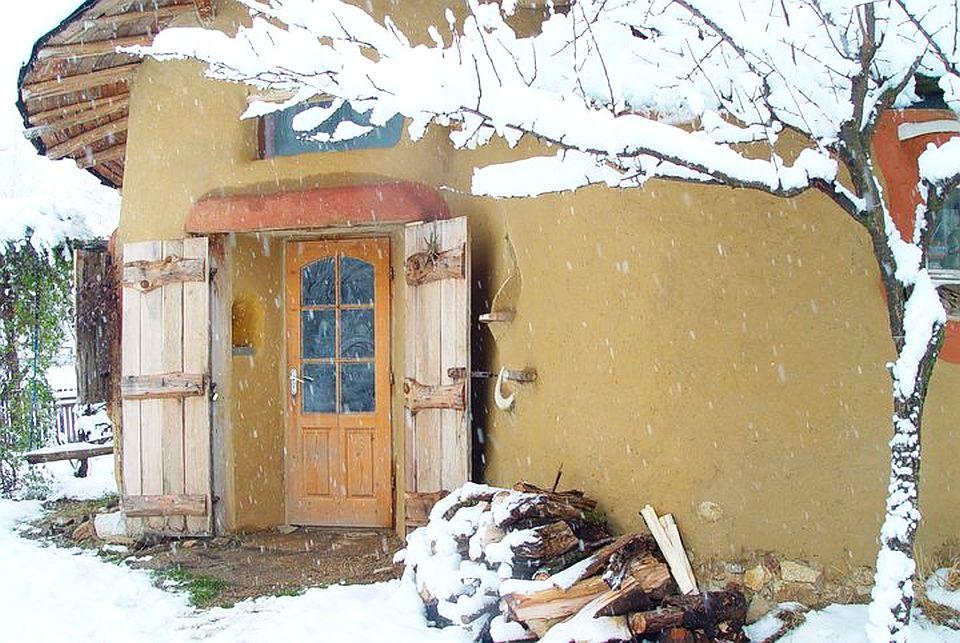 adelaparvu.com about cob house in Romania, Sasca Montana village, architect Ileana Mavrodin, Casa verde, casa de lut iarna (5)