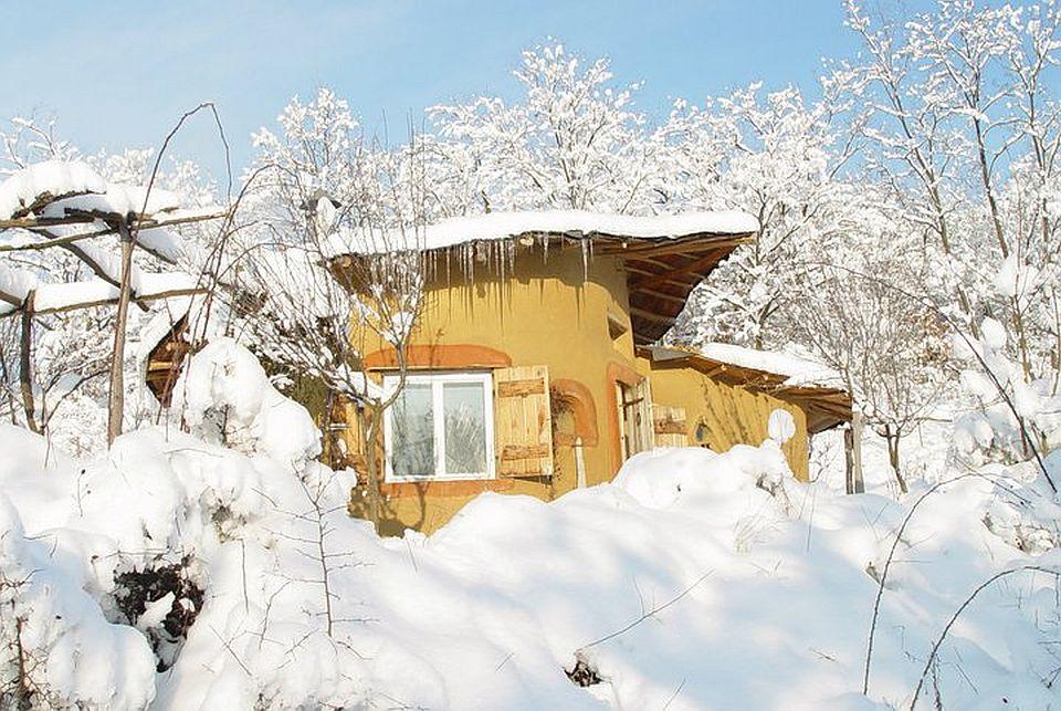 adelaparvu.com about cob house in Romania, Sasca Montana village, architect Ileana Mavrodin, Casa verde, casa de lut iarna (6)
