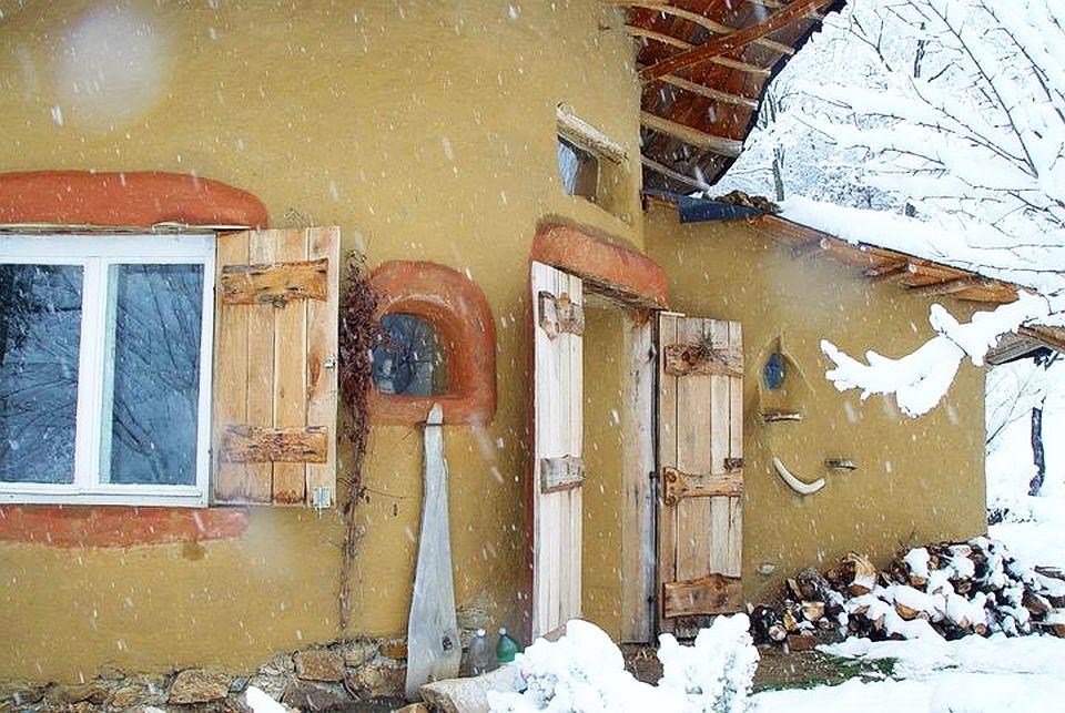 adelaparvu.com about cob house in Romania, Sasca Montana village, architect Ileana Mavrodin, Casa verde, casa de lut iarna (7)