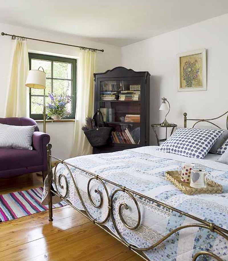 adelaparvu.com despre casa rustica si pensiune la Jemna, Foto Michael Skorupski , Barry Fisher, dormitor rustic cu pat din fier  (13)