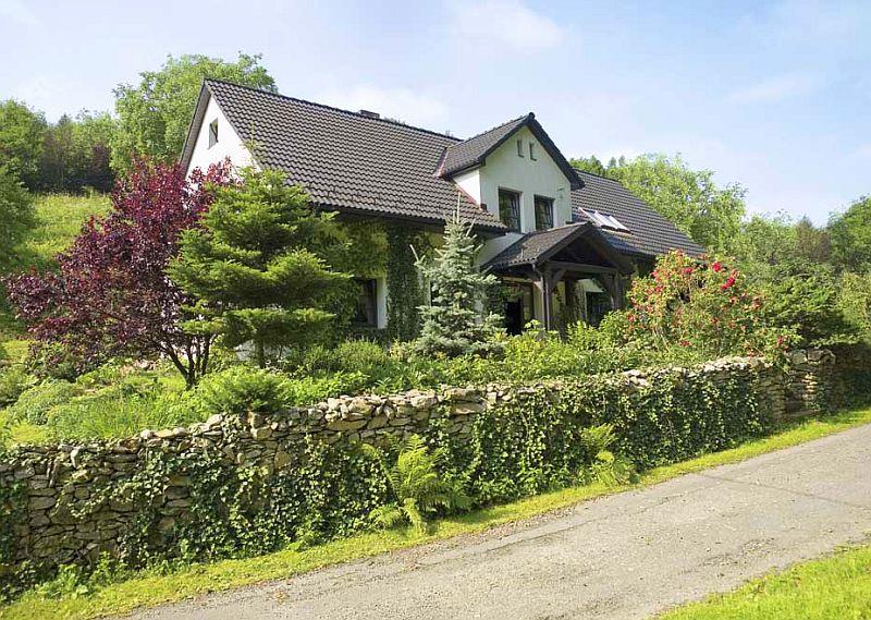 adelaparvu.com despre casa rustica si pensiune la Jemna, Foto Michael Skorupski , Barry Fisher, exterior casa rustica, gard de piatra (2)