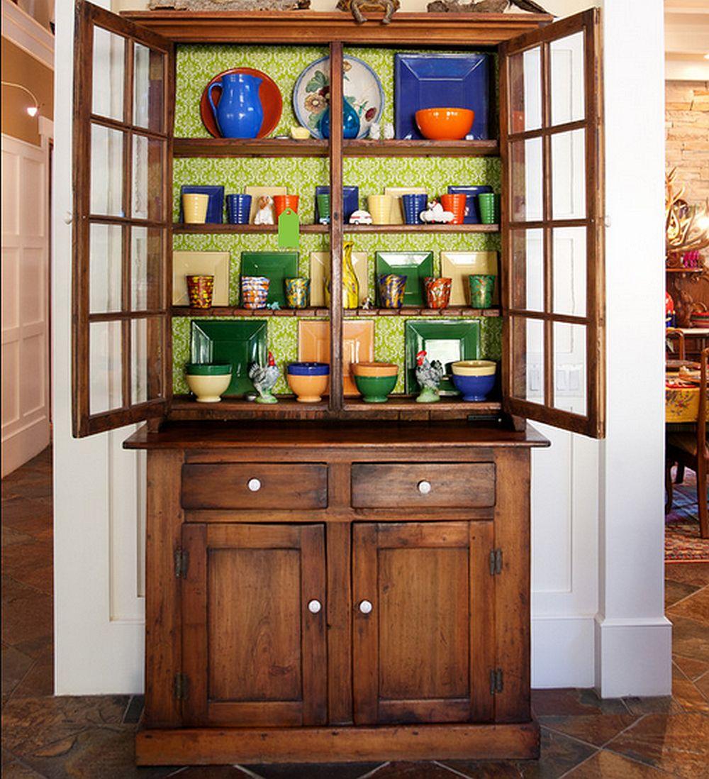 Si o vitrina veche poate fi revigorata cu un tapet vesel montat la interior, foto Darci Goodman Design