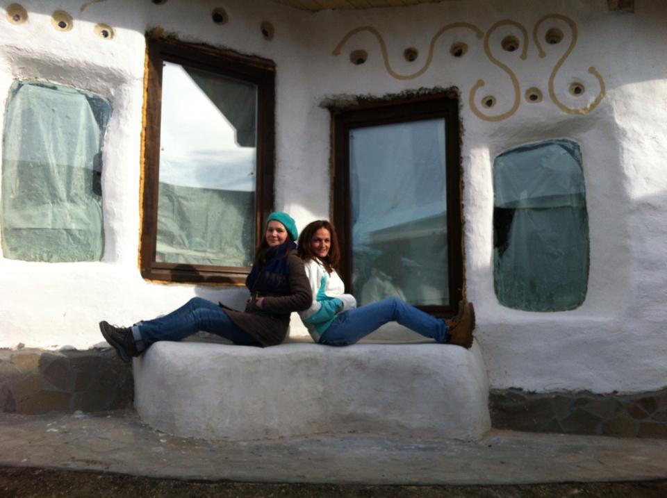 Nicoleta Marin (dreapta) in fata uneia din casele cob din complexul Cob Village de la Berca