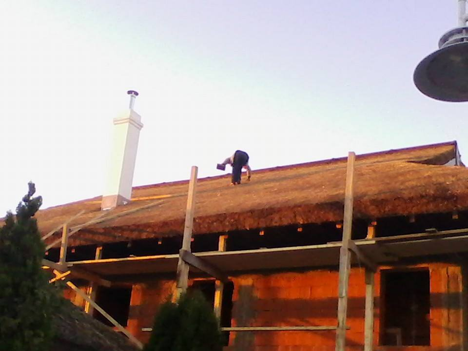Pe un alt santier la constructia acoperisului din stuf