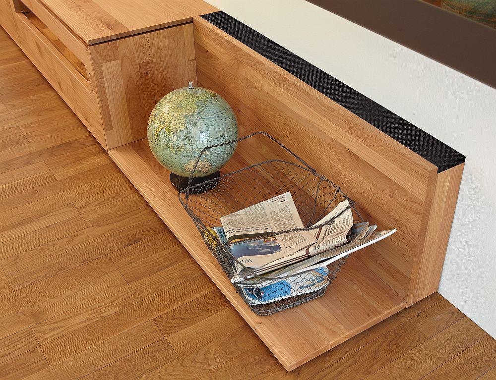"""Spatarul"" acestei banchete este de fapt o boxa incorporata in mobilier. La ea poti conecta nu doar tv, ci orice fel de terminal smart de la mobila la tableta"
