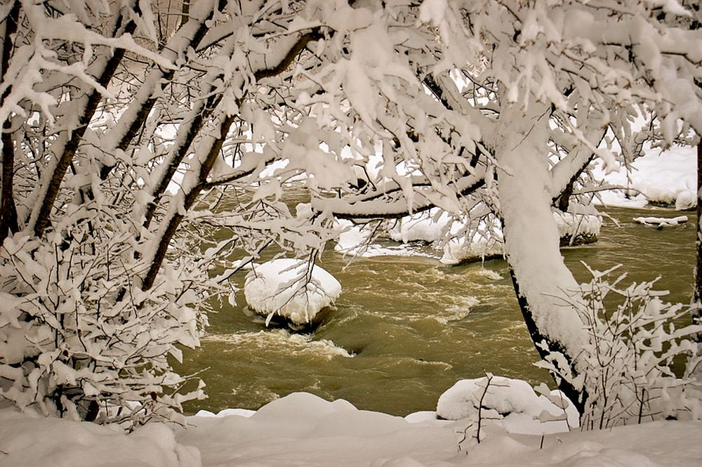 adelaparvu.com despre casa rustica cu gradina langa Piatra Neamt, peisaj de iarna, Foto Romulus Boicu