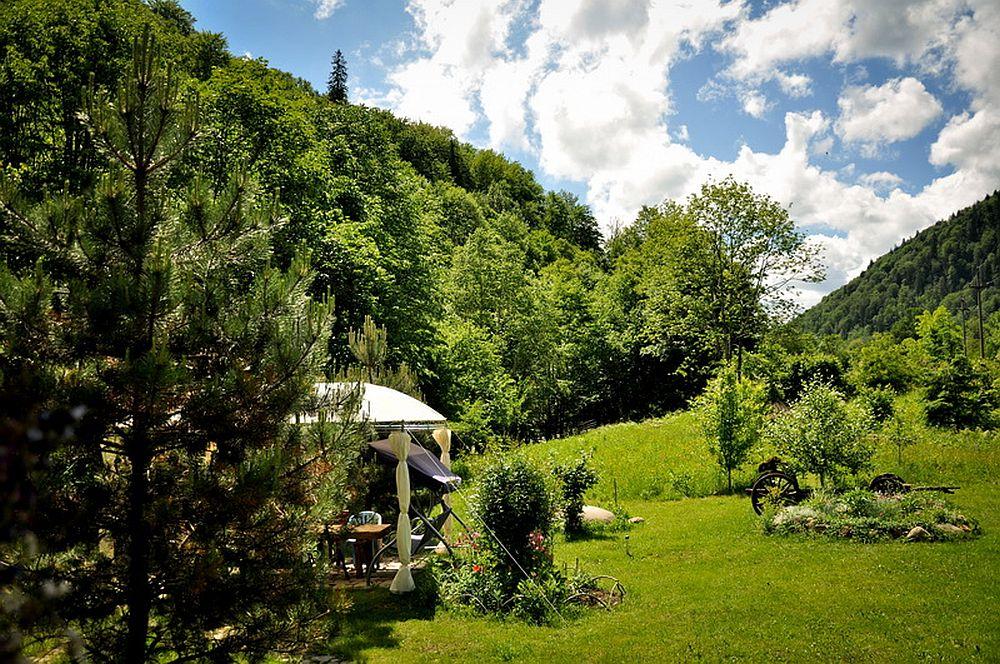 adelaparvu.com despre casa rustica cu gradina langa Piatra Neamt, peisaj de vara, Foto Romulus Boicu  (1)