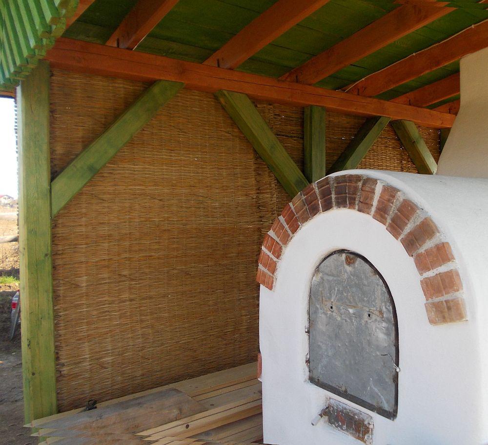 Paravan pentru cuptor in curte realizat din rogojini de papura. Foto Poiana Florilor