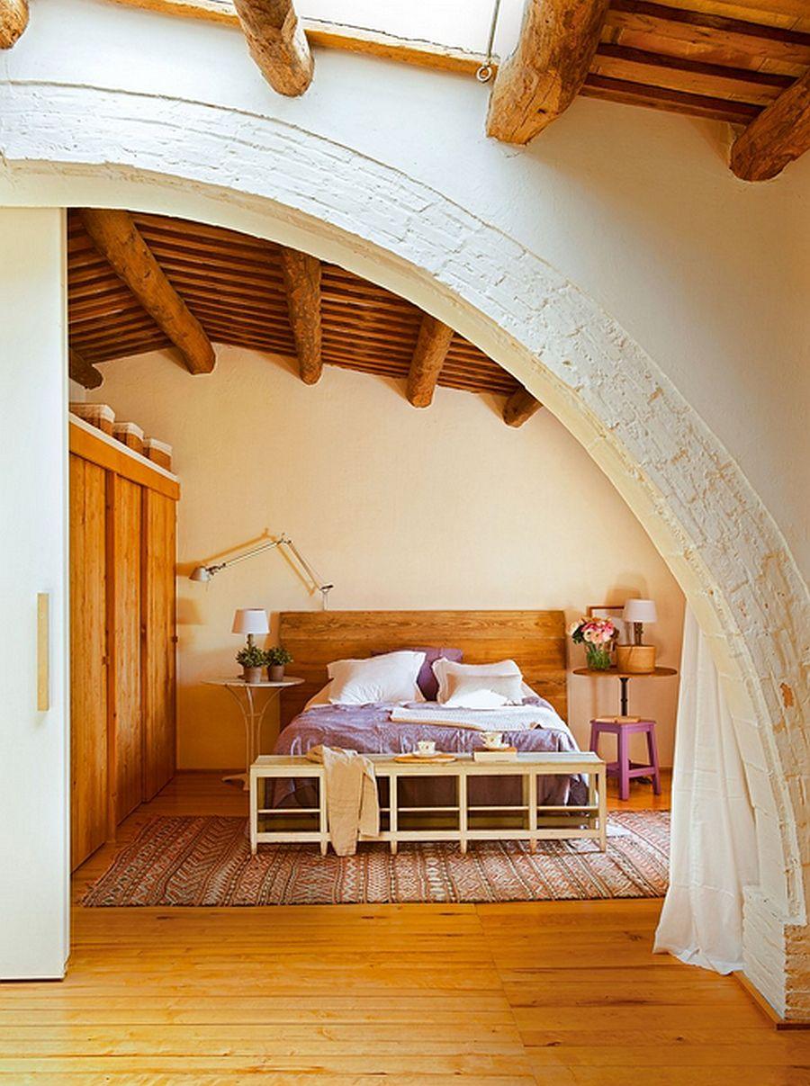 adelaparvu.com hambar transformat intr-o casa rustica, dormitor cu arcada si usa culisanta, arhitect Lluis Auquer, Foto ElMueble (9)