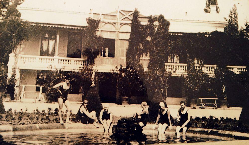 Imagine de arhiva cu vechiul havuz al conacului