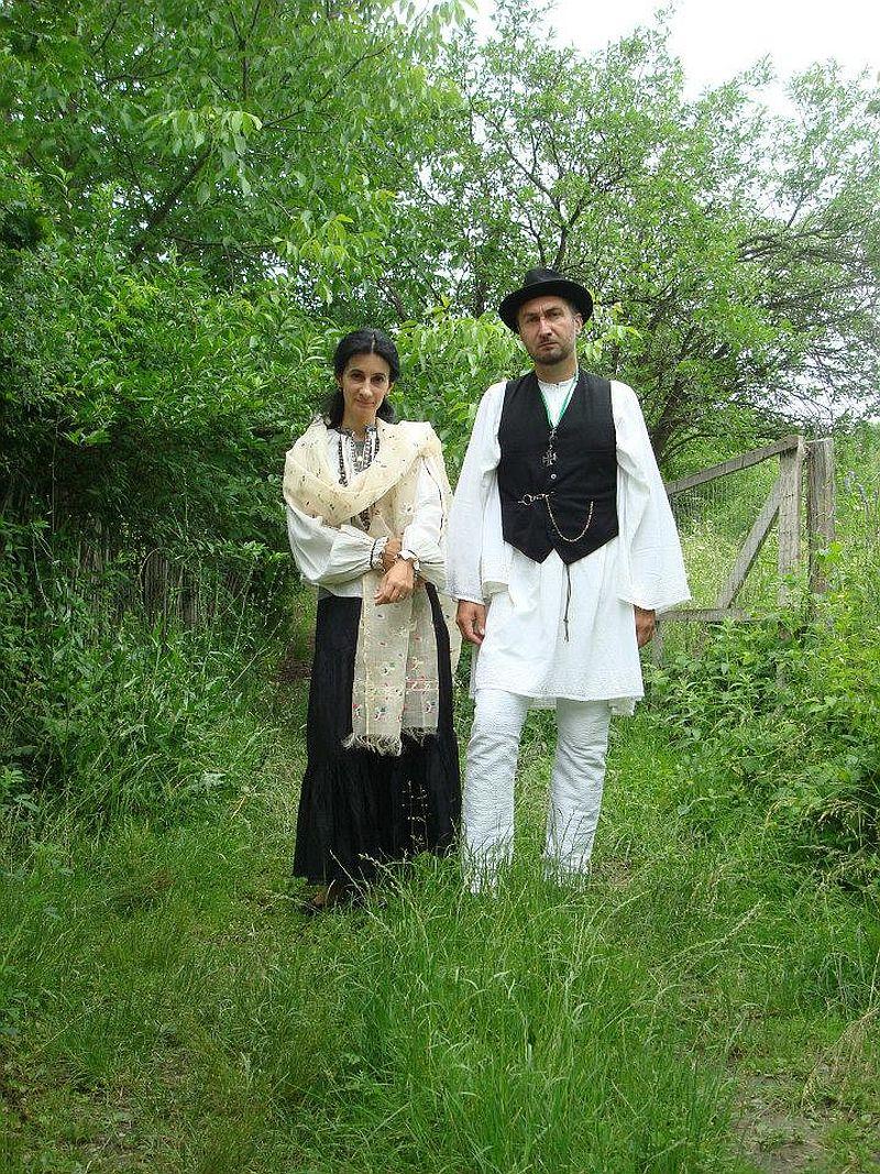 Corina si Dragos Petculescu in straie populare