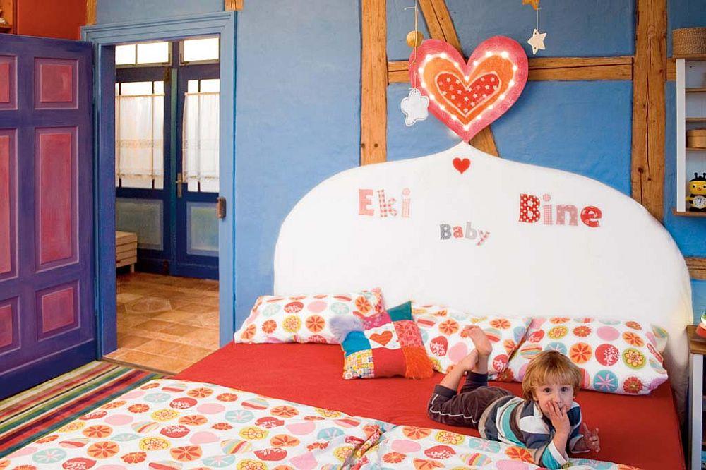 adelaparvu.com despre casa colorata, gard cu forma de creioane, interioare colorate, idei creative acasa, designer Bine Braendle (10)