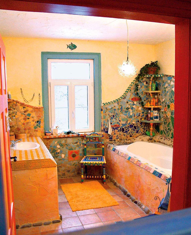 adelaparvu.com despre casa colorata, gard cu forma de creioane, interioare colorate, idei creative acasa, designer Bine Braendle (12)