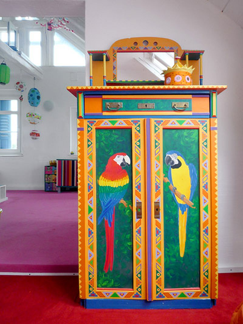 adelaparvu.com despre casa colorata, gard cu forma de creioane, interioare colorate, idei creative acasa, designer Bine Braendle (23)