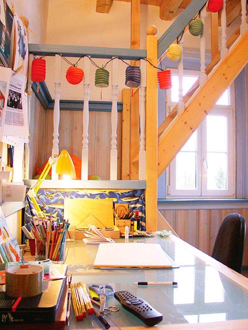 adelaparvu.com despre casa colorata, gard cu forma de creioane, interioare colorate, idei creative acasa, designer Bine Braendle (27)