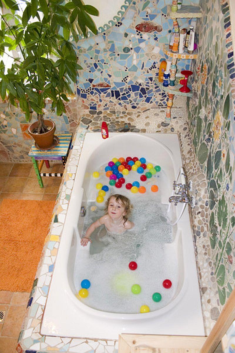 adelaparvu.com despre casa colorata, gard cu forma de creioane, interioare colorate, idei creative acasa, designer Bine Braendle (28)